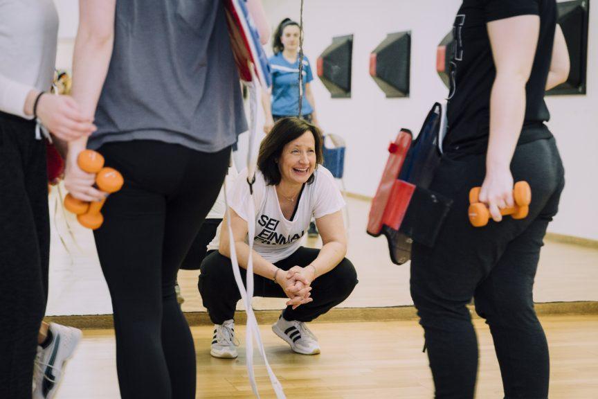 Trainerin überlegt neue Übungen im Konditionstraining