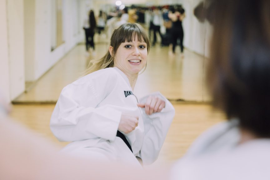 Frau bei einer Taekwondo-Übung